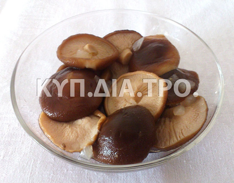 Μανιτάρια ξιδάτα. <br/> Πηγή: https://commons.wikimedia.org/wiki/File:Pickled_mushrooms_4.JPG